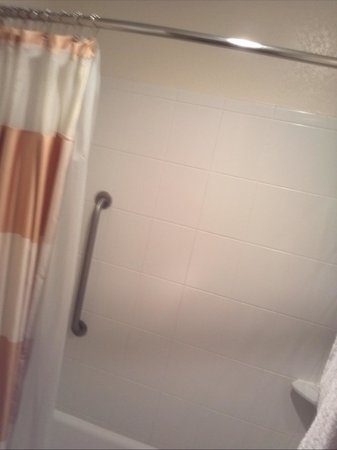 Suburban Extended Stay Hotel: shower/ tub