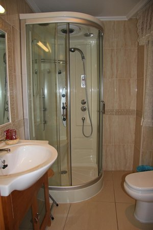 Hostal Cazalegas: baño completo