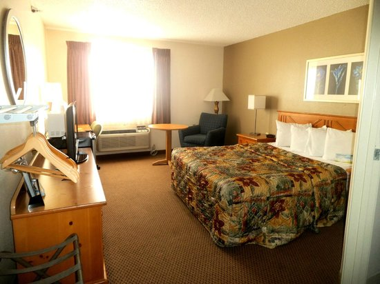 Days Inn Billings: King Bedroom with Refridgerator and microwave