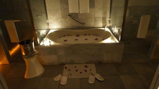 Iberostar Grand Hotel Rose Hall: Awesome tub