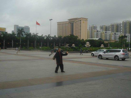 Parklane Chang'an International Hotel : Vista del Hotel desde la plaza de la ciudad