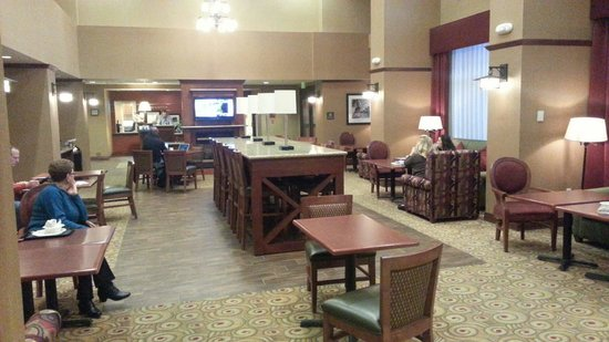 Hampton Inn & Suites Windsor - Sonoma Wine Country: Lounge, breakfast seating