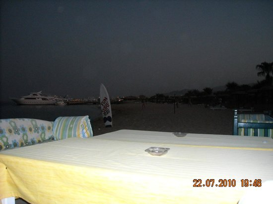 Lotus Bay: вечером в баре на пляже