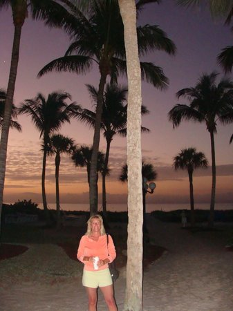 Holiday Inn Sanibel Island : On the hotel grounds, heading to the beach