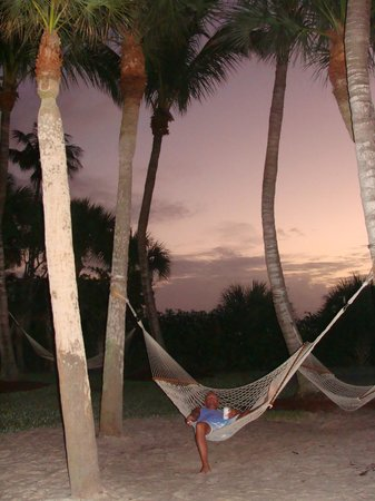 Holiday Inn Sanibel Island : A couple of hammocks on the grounds... nice