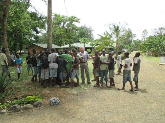 Kiboko Lodge: Noud van Hout temidden van zijn leerlingen
