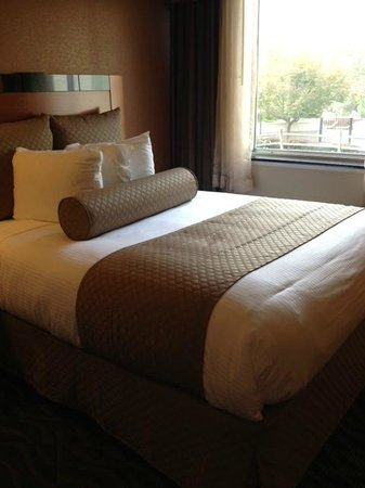 Bushkill Inn & Conference Center: Queens size bed