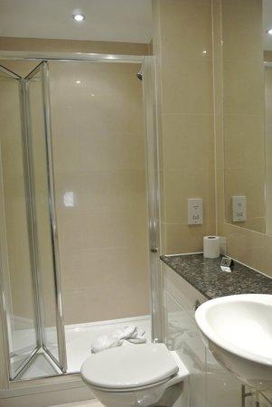 Lodge Drive Apartments: baño con ducha