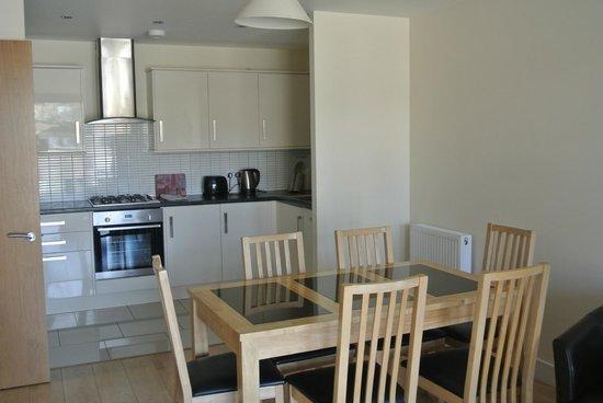 Lodge Drive Apartments : comedor junto cocina