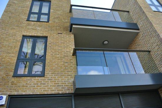 Lodge Drive Apartments: nuestra terraza y ventana 1ª planta