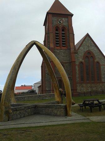 Sea Lion Island, Falklandinseln: cat cattedrale e arco con le mandibole di 2 balene