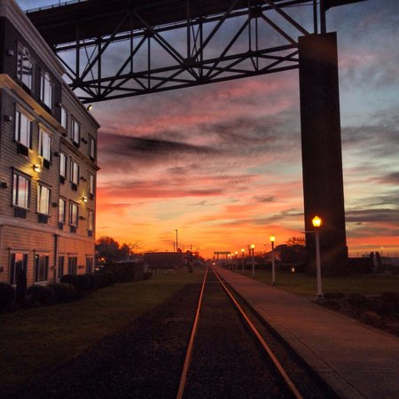 Holiday Inn Express and Suites Astoria: River Walk, Trolley Tracks, Holiday Inn Express, Sunset
