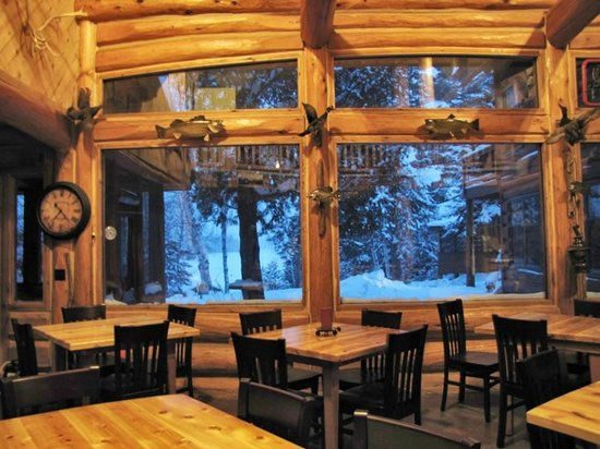 Big Bear Lodge and Cabins: Lodge dining area with windows that look out on Poplar Lake