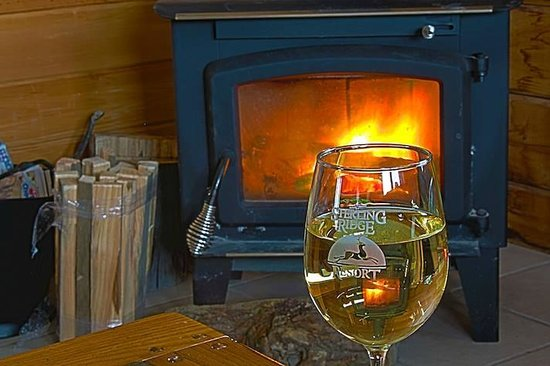 Sterling Ridge Resort : Wood stove and wine