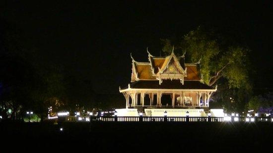 Shangri-La Hotel,Bangkok: vista dalla barca di un tempio