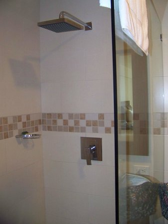BlueBay Coronado Golf & Beach Resort: Big glass shower with rain bath head