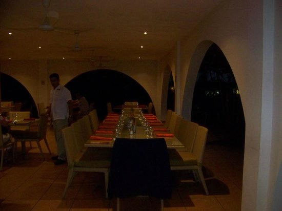 BlueBay Coronado Golf & Beach Resort : The table ready for our group in the open air dining room