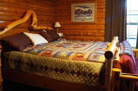 Twin Pines Lodge And Cabins: The bed was very comfortable