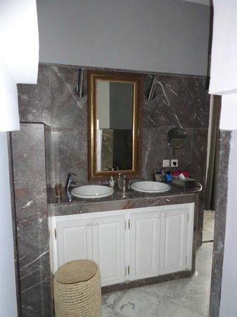 Riad Utopia Suites & Spa: Lavamamos del baño