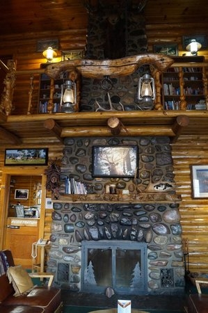 Twin Pines Lodge And Cabins: Beautiful fireplace