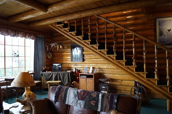 Twin Pines Lodge And Cabins: Stairway in the main lobby area