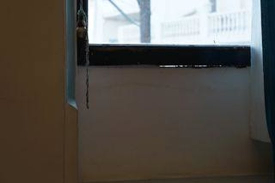 Hotel Mandiram Palace: holes under the window sills
