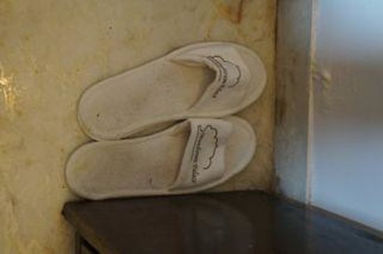 Hotel Mandiram Palace: dirty slippers left in room