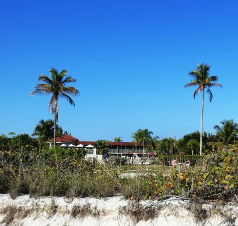 West Wind Inn: View of hotel from beach