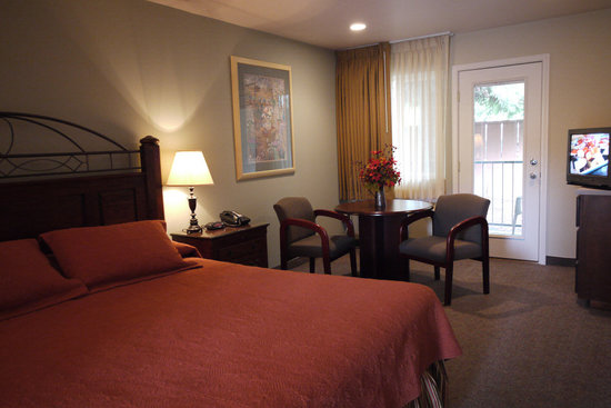 Redwood Hyperion Suites: Patio King Room