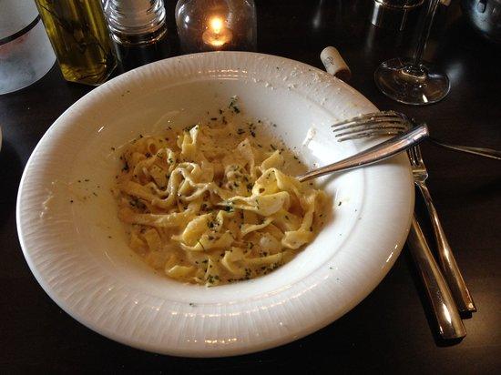 Ricciardi's Italian Table : Fettuccine Alfredo