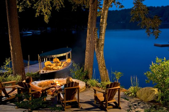 The Fern Lodge : Enjoy a lakeside bonfire!