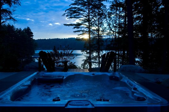 The Fern Lodge : The hot tub is a great spot in the evening