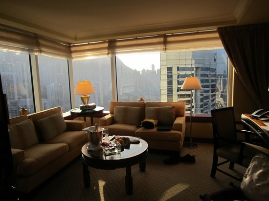 Conrad Hong Kong : Living room in corner suite
