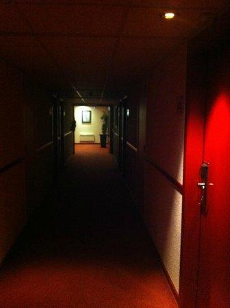 Campanile Brussels Vilvoorde: Very dark hallways