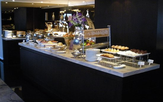 Royal Orchid Sheraton Hotel & Towers: the buffet breakfast in the Sheraton Tower Lounge on the 27th floor