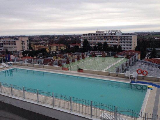 Hotel Alexander Palace : La piscina esterna vista dalla camera