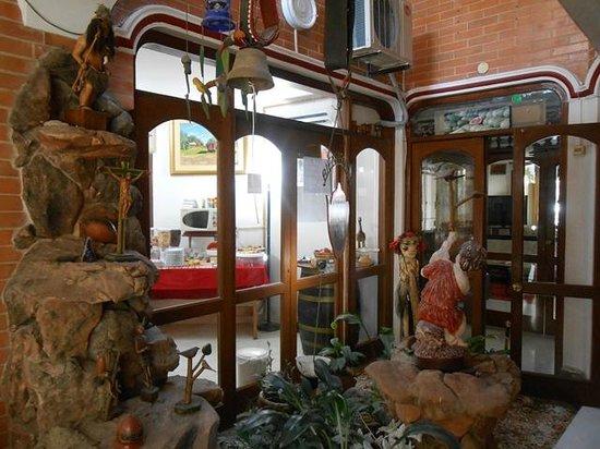 Hotel Maison Suisse : Jardim interno entre a sala de estar e a sala de café
