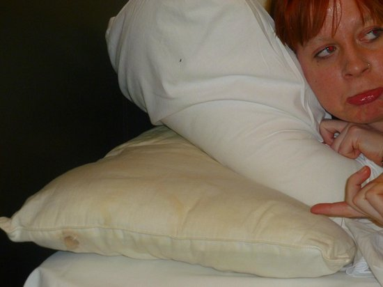Holland Inn Hotel: NOTICEABLE DIRTY STAINED PILLOW COMPARED TO TOP PILLOW