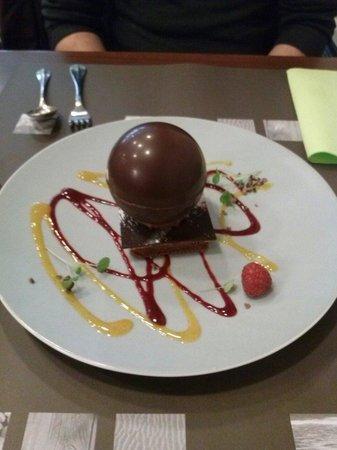 La Pause Gourmande : Sphère. Chocolat avec une mousse caramel et biscuit