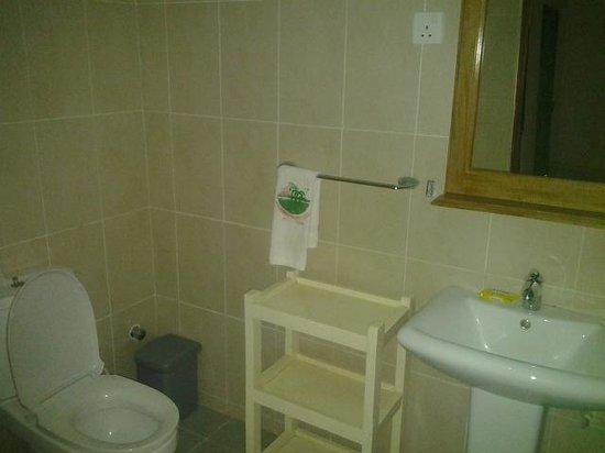 Coconut Grove Beach Resort : bathroom