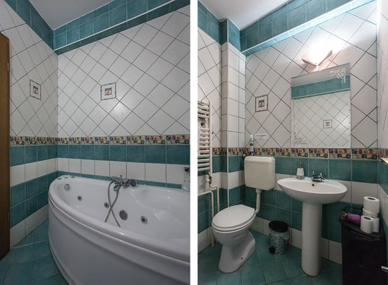 Urban Hostel: Bathroom in one of the apartments