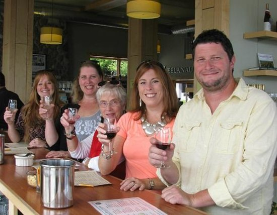 Traverse Bay Tours: Good friends, good wine.