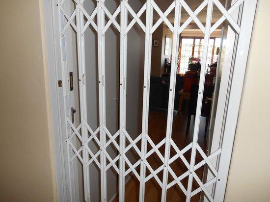 Derwent House Boutique Hotel: entrada a la habitacio con doble puerta