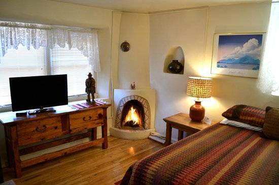 Pueblo Bonito Bed and Breakfast Inn: Zia room features a real wood burning kiva fireplace to create a romantic Santa Fe experience.