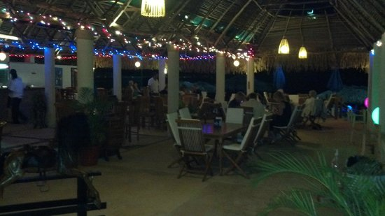 Restaurant Bar Las 3 Palapas : Inside at night looking towards the beach