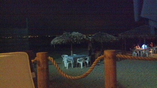 Restaurant Bar Las 3 Palapas : Beach palapas at night