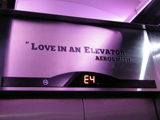 Hard Rock Hotel Panama Megapolis: Detalle en el ascensor...