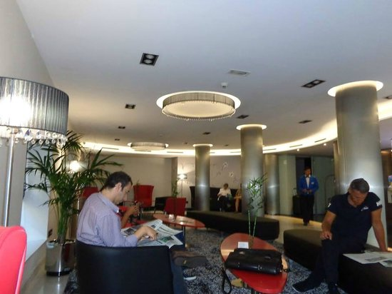 Hotel Ciutadella Barcelona: Hall de espera en la recepción
