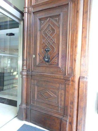 Hotel Ciutadella Barcelona: Puerta del Hotel de madera