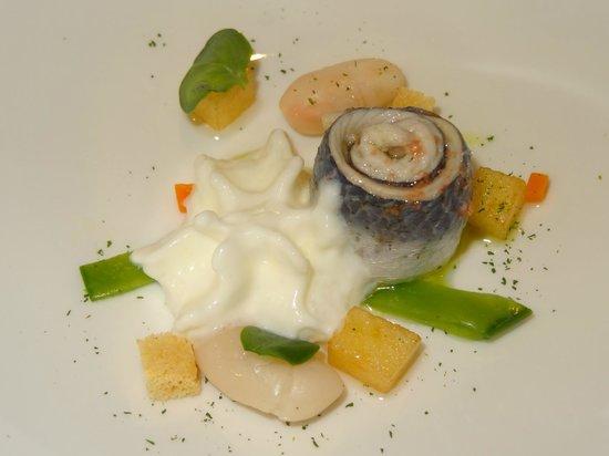 Arbidel restaurante: La sardina marinada y el queso de Pría a la espera de bañarlos con el gazpacho de manzana verde.